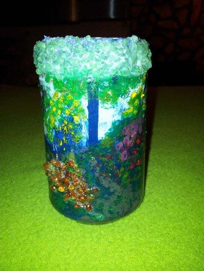 vaso di vetro dipinto e raffigurante un sottobosco
