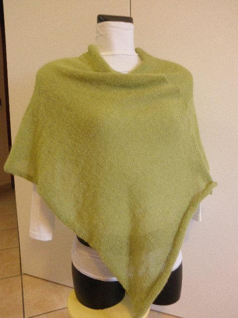 Poncho verde acido, di mohair,fatto a mano.accessori donna