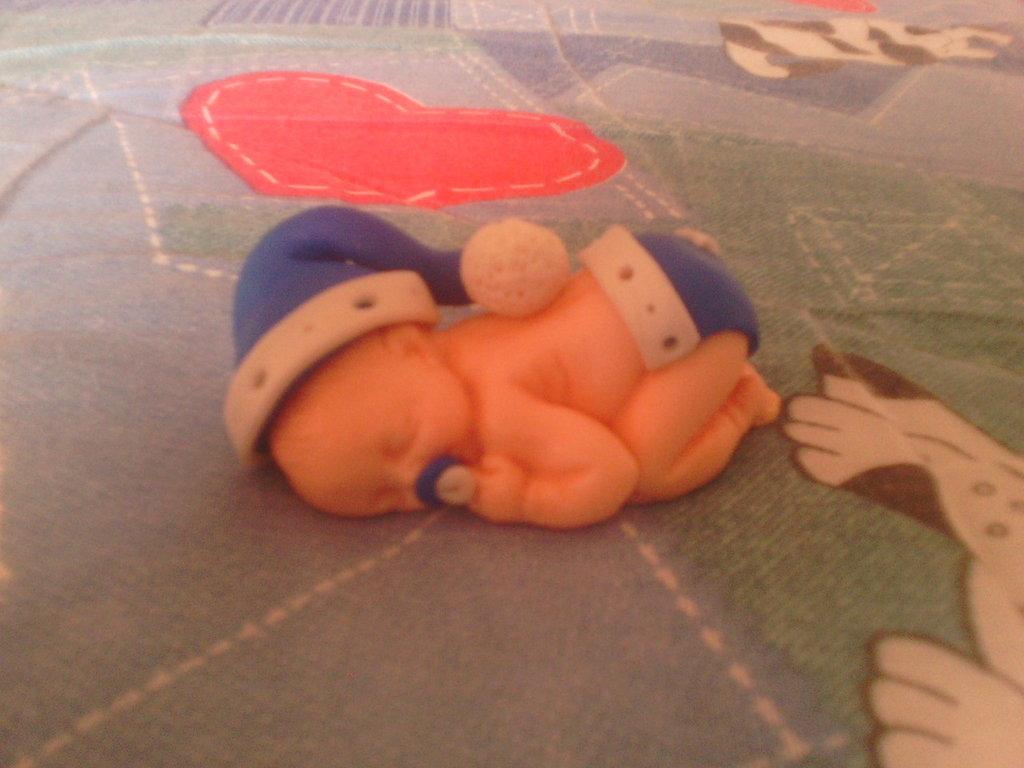 Bebè fimo con capellino - bomboniere,regalo,nascita,battesimo