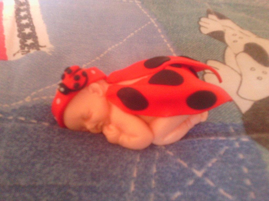 Bebè fimo con vestito coccinella - bomboniere,regalo,nascita,battesimo