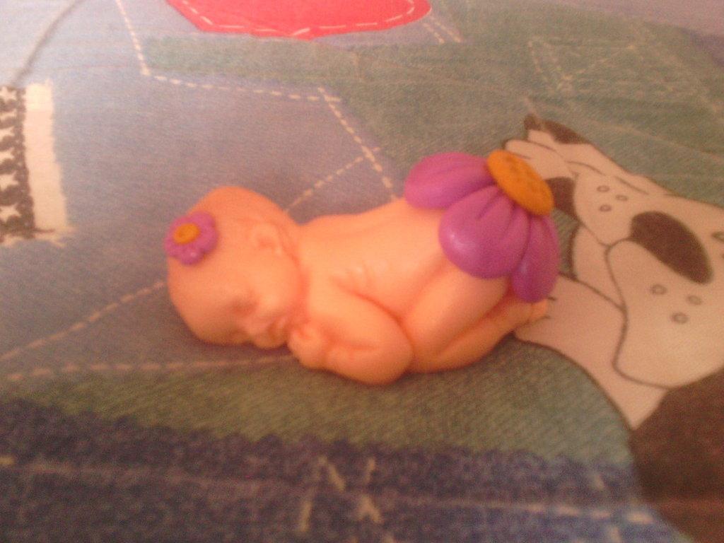 Bebè fimo con fiore lilla - bomboniere,regalo,nascita,battesimo