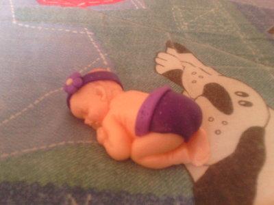 Bebè fimo con fiore viola - bomboniere,regalo,nascita,battesimo