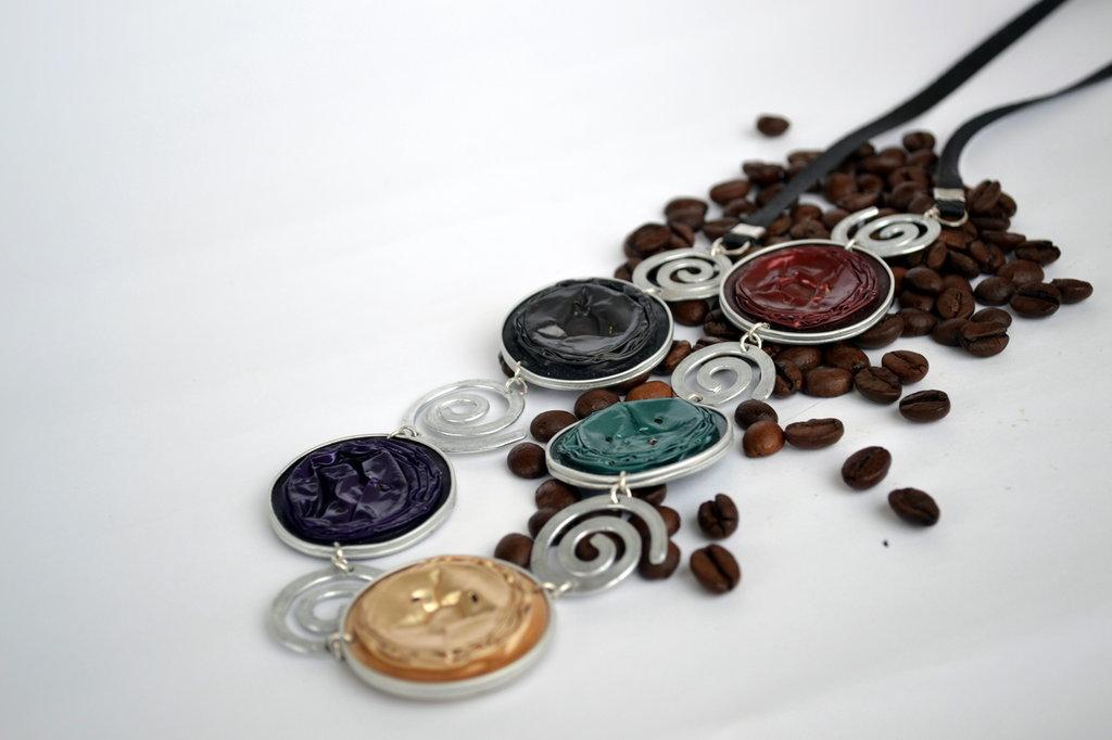 Collana ecologica, colorata, capsule del caffè