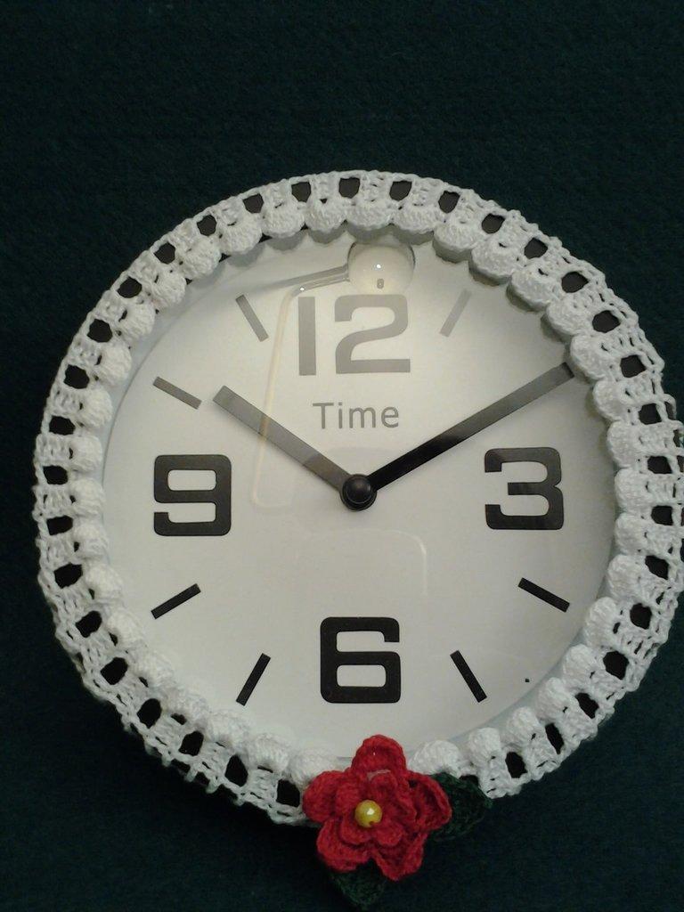 orologio da parete rivestito ad uncinetto