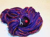 Sciarpa in lana, viola e rossa con bottone in resina