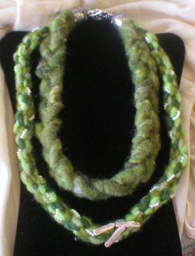 Collana  lana  cotta  lavorata  kumihimo con filo perline