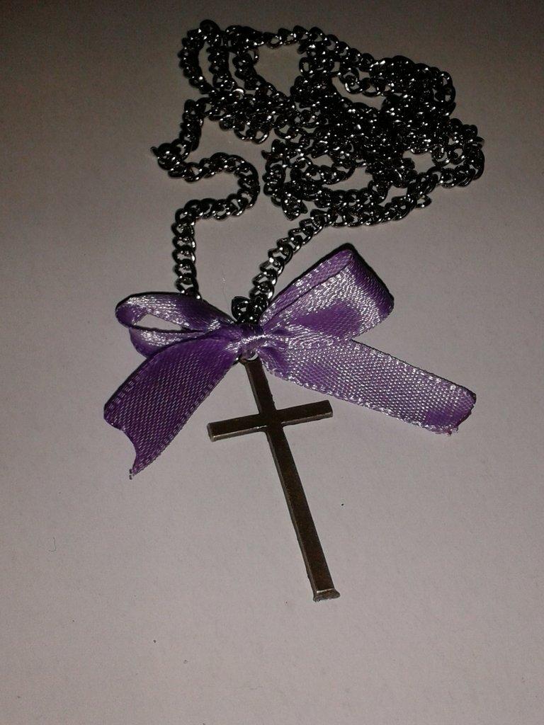 Collana con croce e fiocco