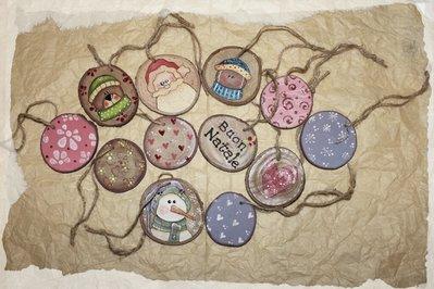 Dischi di legno natalizi