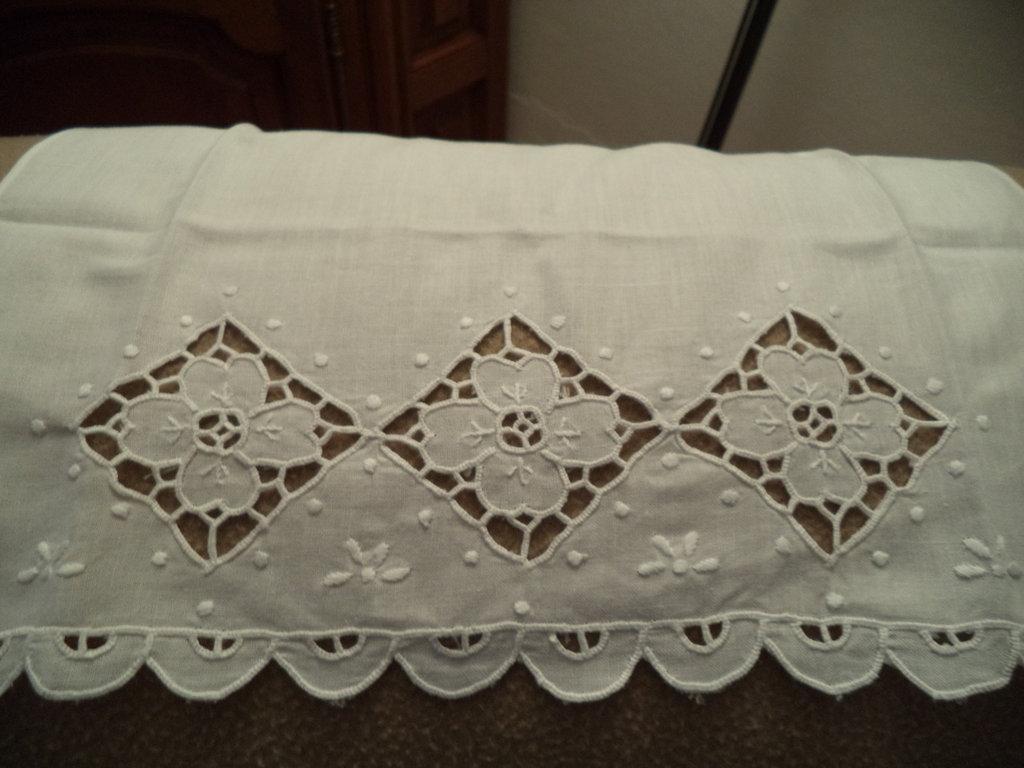 Asciugamano di cotone con ospite ricamati a mano