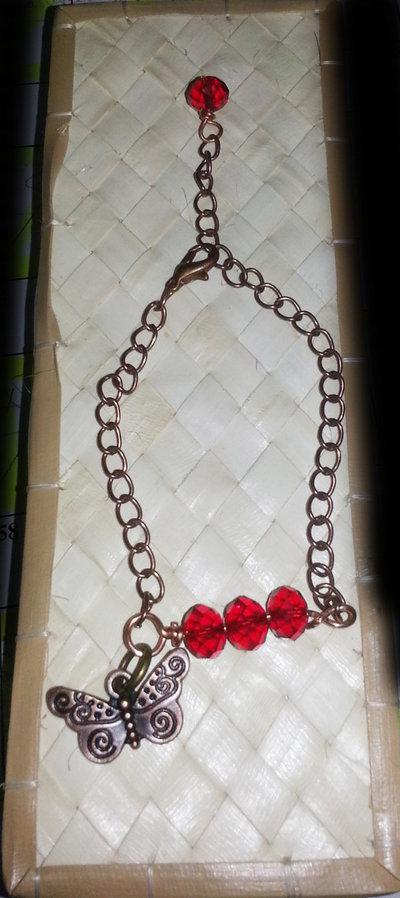 bracciale con perline rosse e pendente
