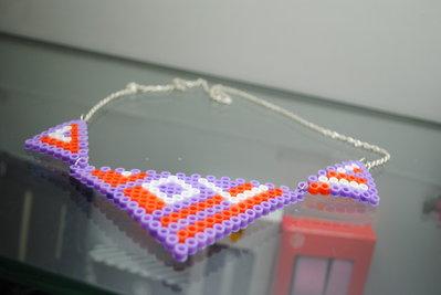 Collana corta pyssla con triangoli