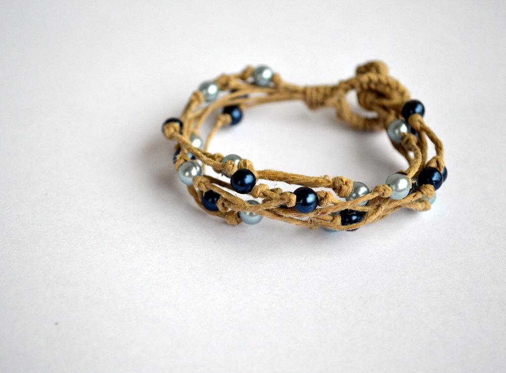 Braccialetto di spago e perline blu e azzurre