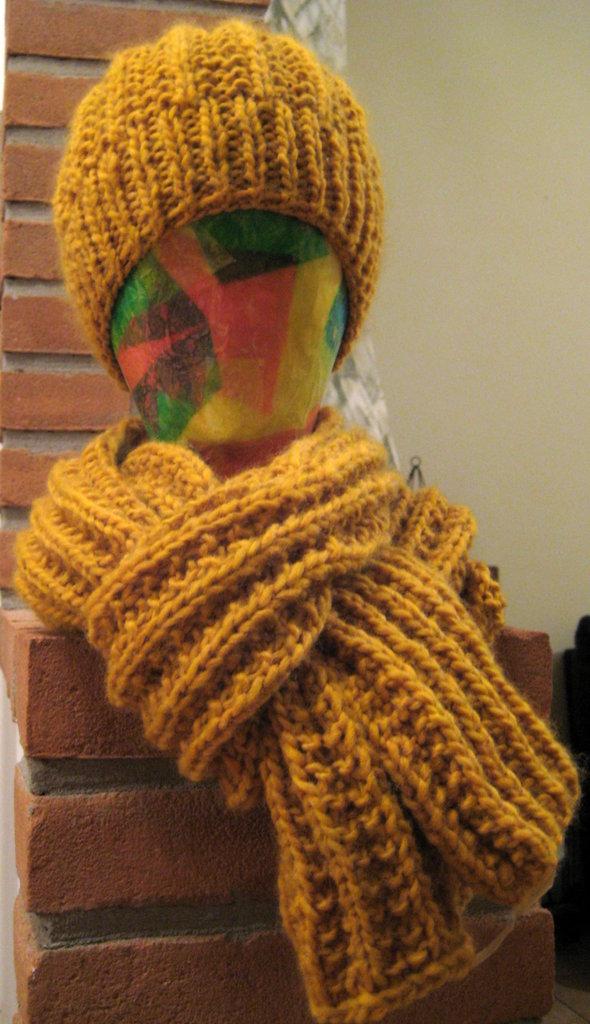 Coordinato sciarpa e cappello color senape