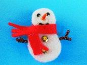 Spilla natalizia 'Pupazzo di neve sciarpetta rossa ' in feltro
