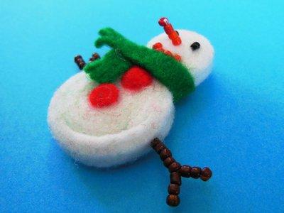 Spilla natalizia 'Pupazzo di neve sciarpetta verde' in feltro