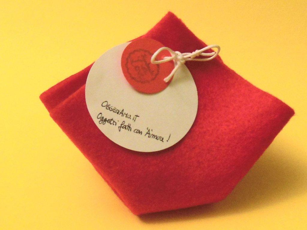 Confezione regalo piccola in feltro rosso