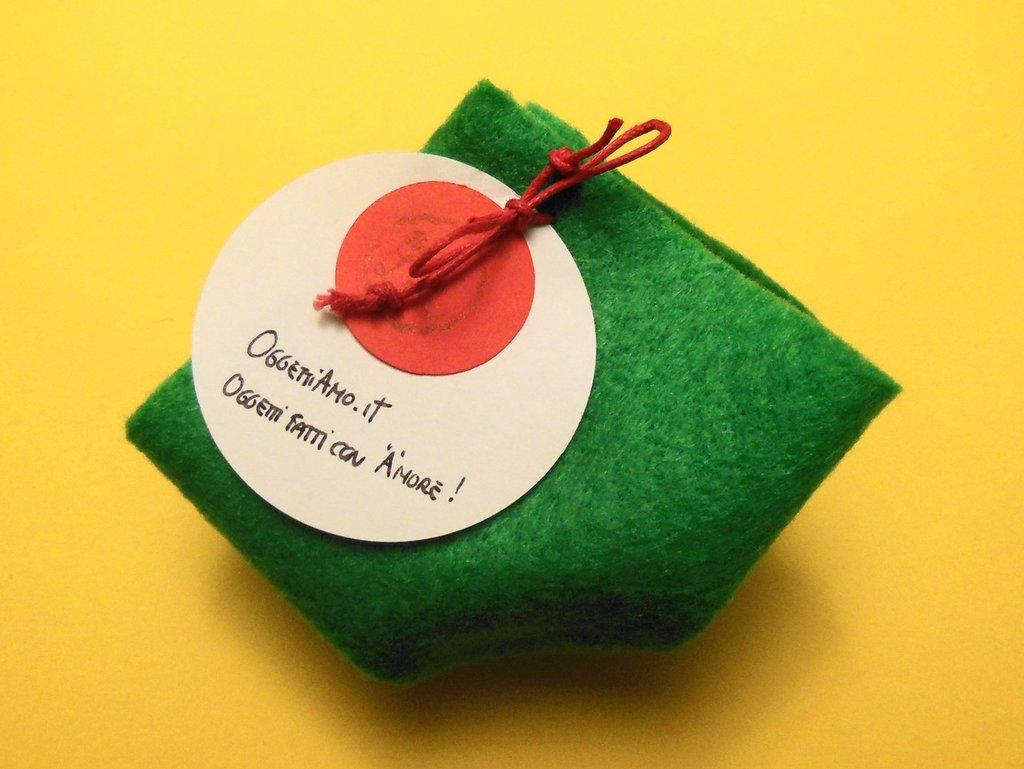 Confezione regalo piccola in feltro verde