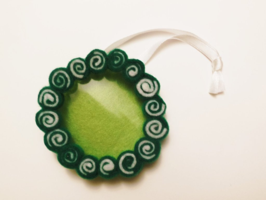 Decorazione cornice natalizia 'ghirlanda di natale' verde e bianca in feltro