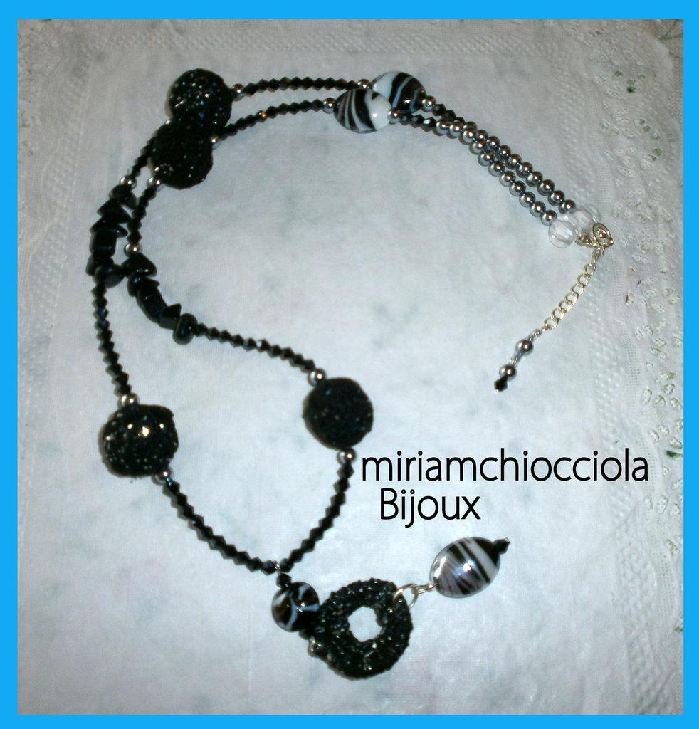 collana nera con elementi a uncinetto e murrine