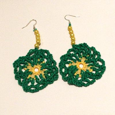Orecchini uncinetto verdi con perle gialle