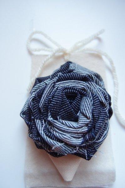 Spilla blu,  rosa, spilla fiore, spilla di cotone, spilla decorativa, spilla handmade, spilla fatta a mano