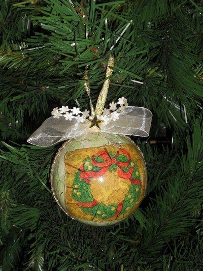 Palla natalizia decorata a decoupage