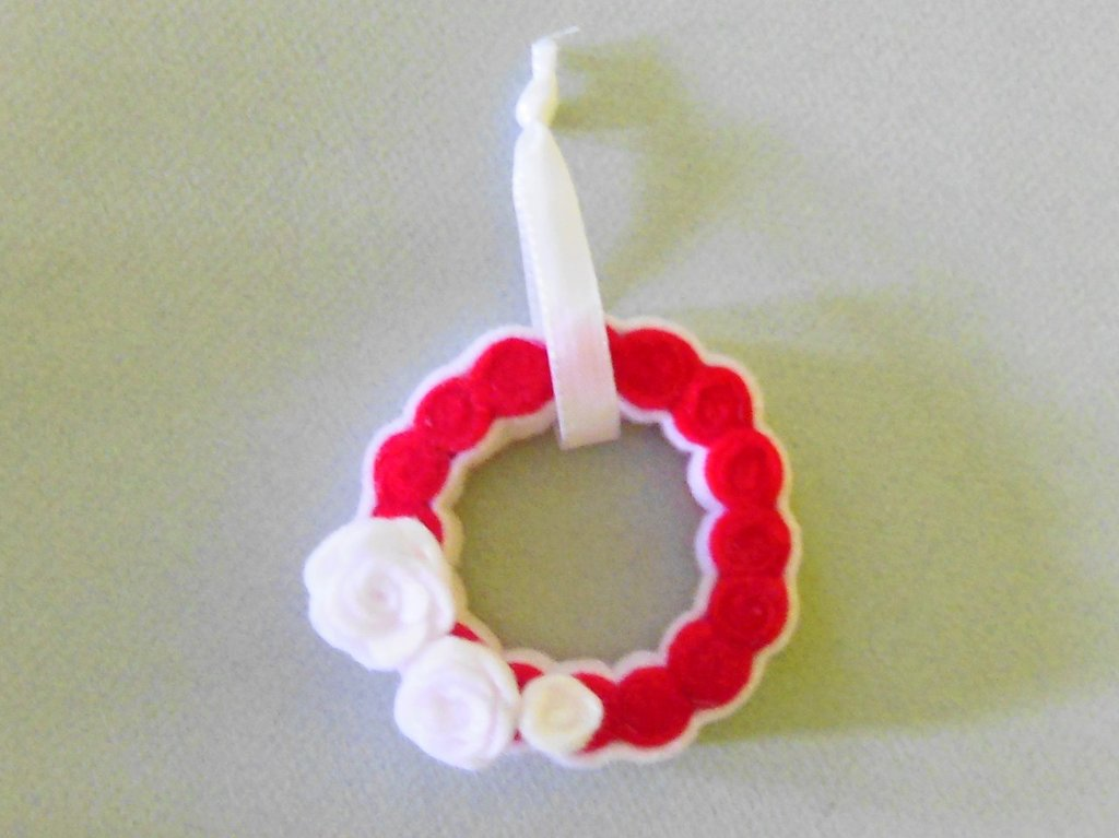Decorazione a ghirlanda bianca e rossa con fiorellini rossi e bianchi
