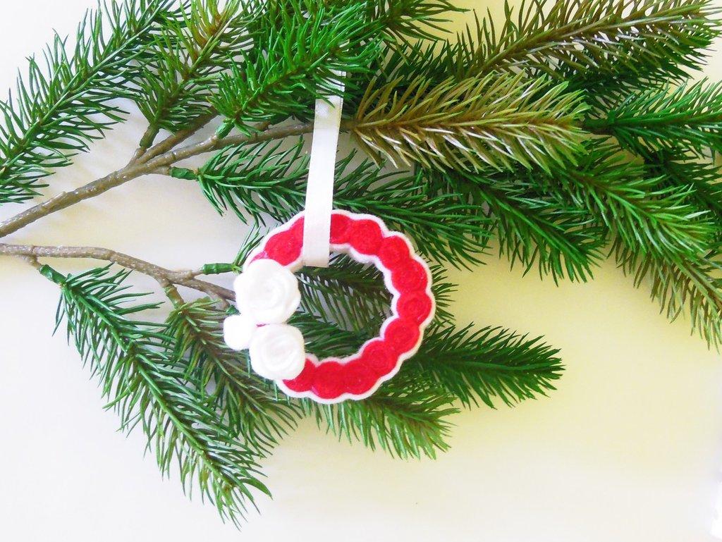 Decorazione natalizia a ghirlanda bianca e rossa con roselline bianche
