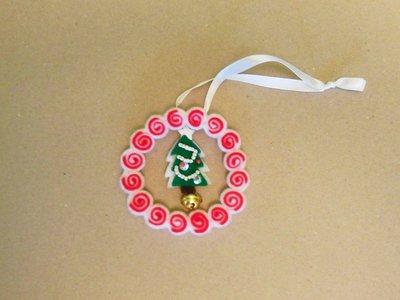 Addobbo natalizio a ghirlanda bianca e rossa con decorazione centrale