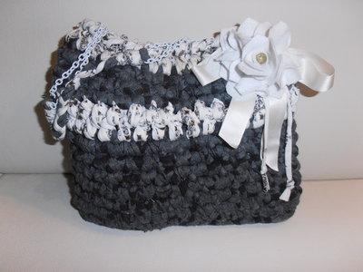 Deliziosa borsa in fettuccia grigia con sfumature nere
