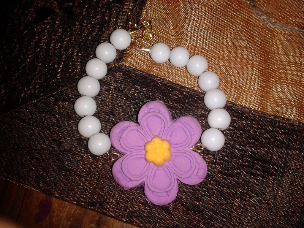 bracciale con perle e fiore
