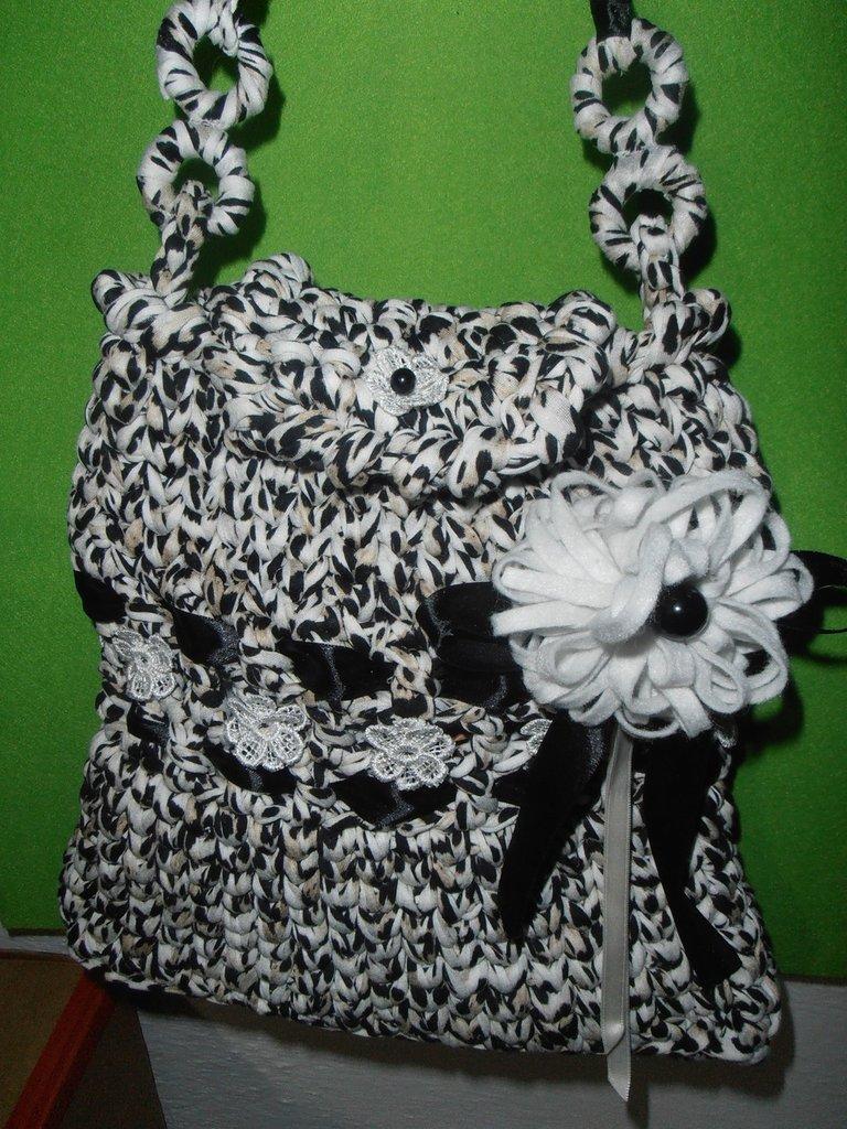 Esclusiva  borsa in fettuccia  di cotone screziato impreziosita da originali dettagli