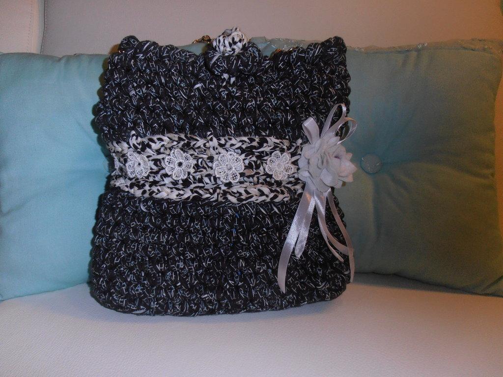 Particolare borsa in fettuccia  di cotone bicolore, giovane ma di classe