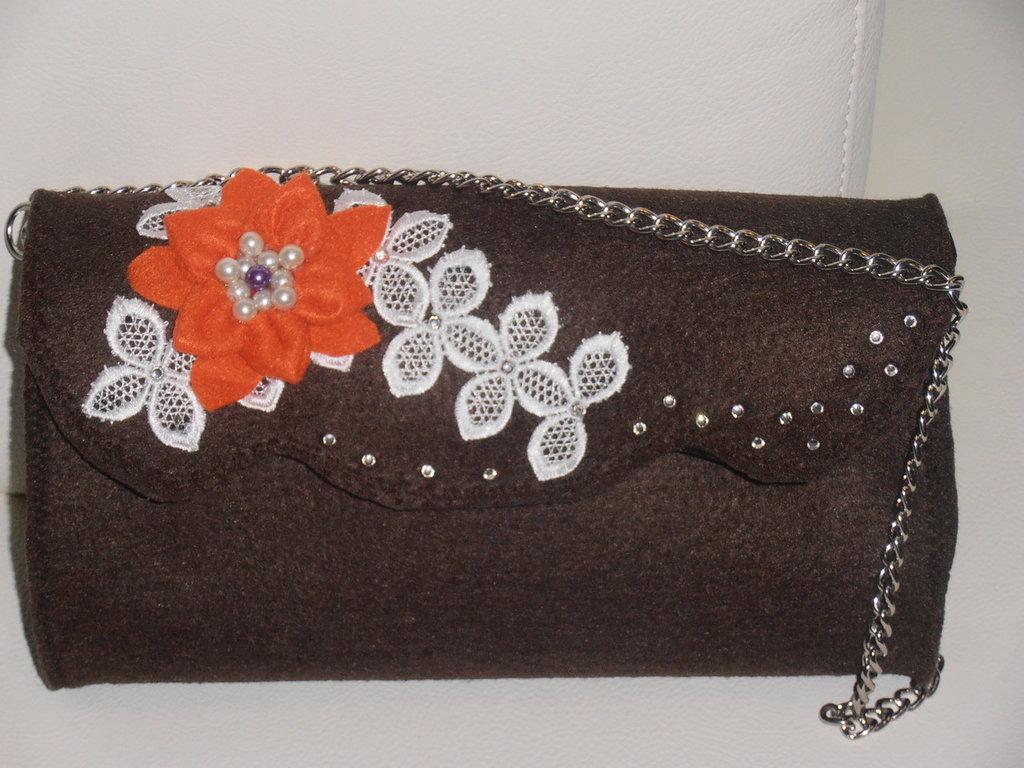 Deliziosa e romantica piccola  borsa in feltro marron