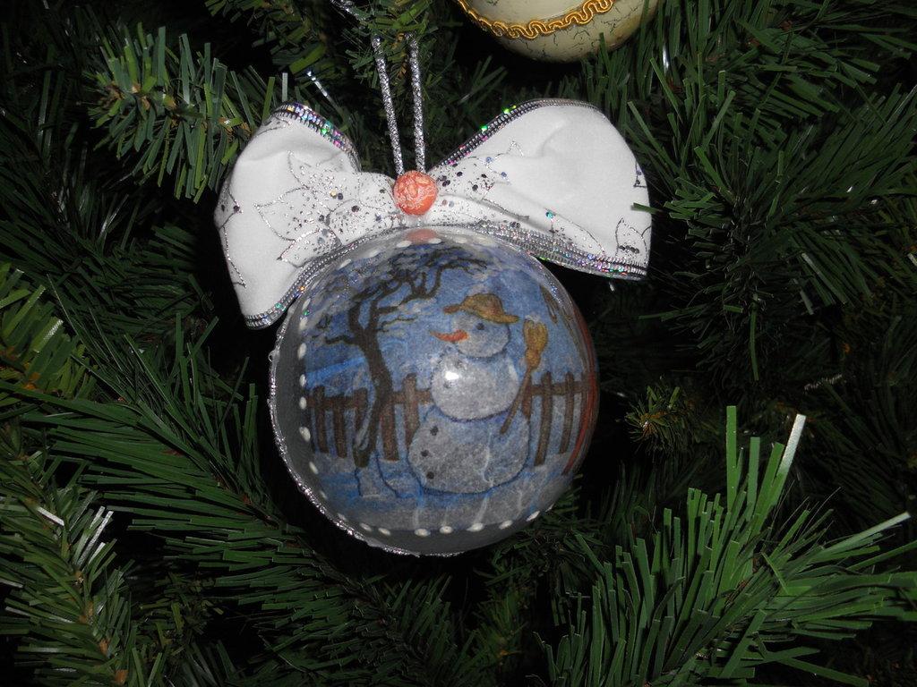Palla di Natale decorata a mano con pupazzo di neve