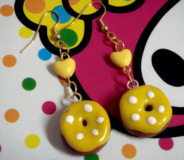 Orecchini con ciambelle e cuori gialli