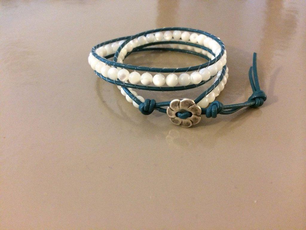 Braccialetto con perline in madre perla