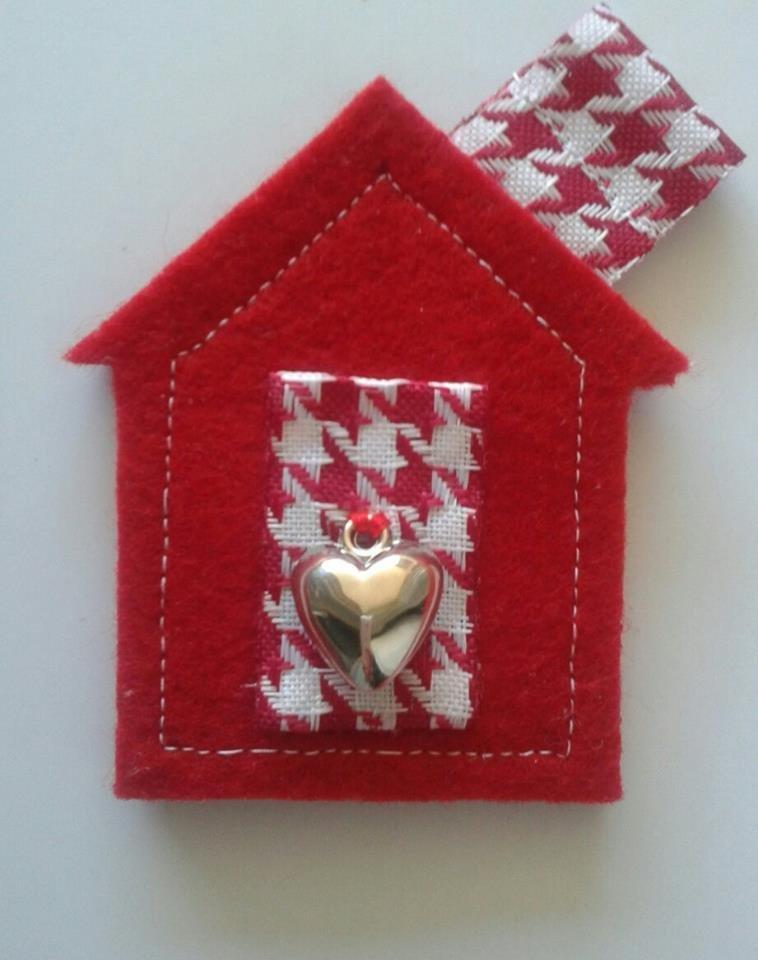 portachiavi  ciondolo in feltro rosso e soffa piedipull idea regalo