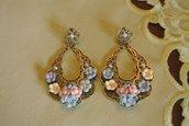 Orecchini pendenti barocchi in bronzo con fiori di porcellana - Barbara