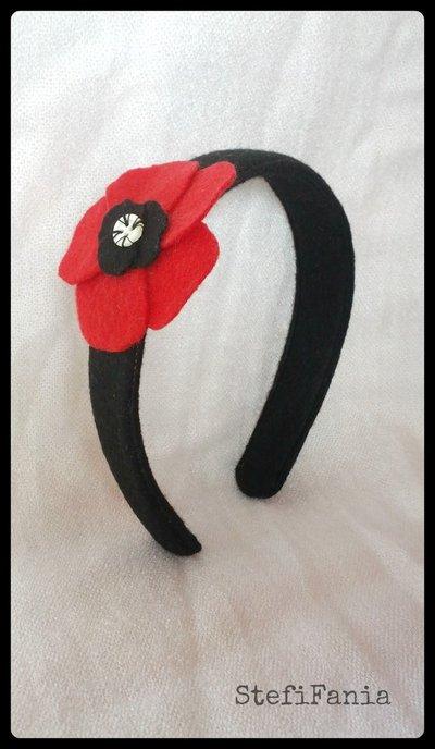 Cerchietto con fiore rosso in feltro