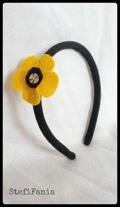 Cerchietto con fiore giallo in feltro