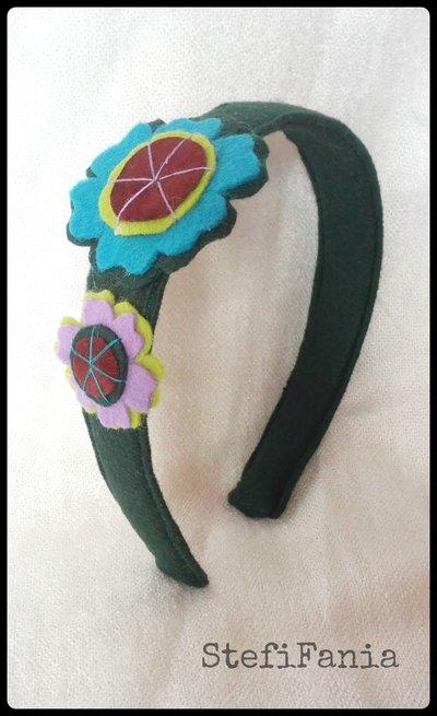 Cerchietto con fiori colorati in feltro