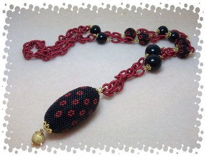 Collana con perle decorate a mano