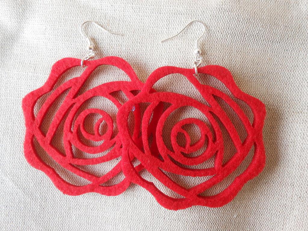 Orecchini pendenti fatti a mano con feltro rosso a forma di rosa,idea regalo S Valentino.