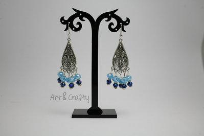 Orecchini con ciondolo e cristalli azzurro opaco e blu elettrico