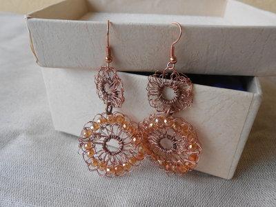 Orecchini pendenti fatti a mano all'uncinetto con filo di rame e cristalli dorati,idea regalo.