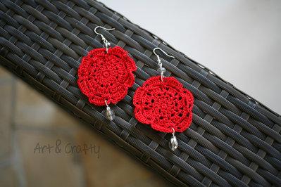 Orecchini all'uncinetto rossi con cristallo 10cm. Earrings crochet red with crystals 10cm.
