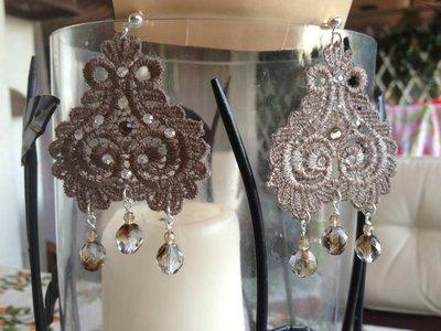 Orecchini in pizzo con brillantini Swarowsky e pendenti mezzi cristalli
