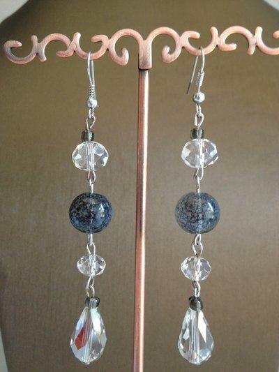 Orecchini pendenti con perle in vetro e cristallo sui toni del grigio e trasparente
