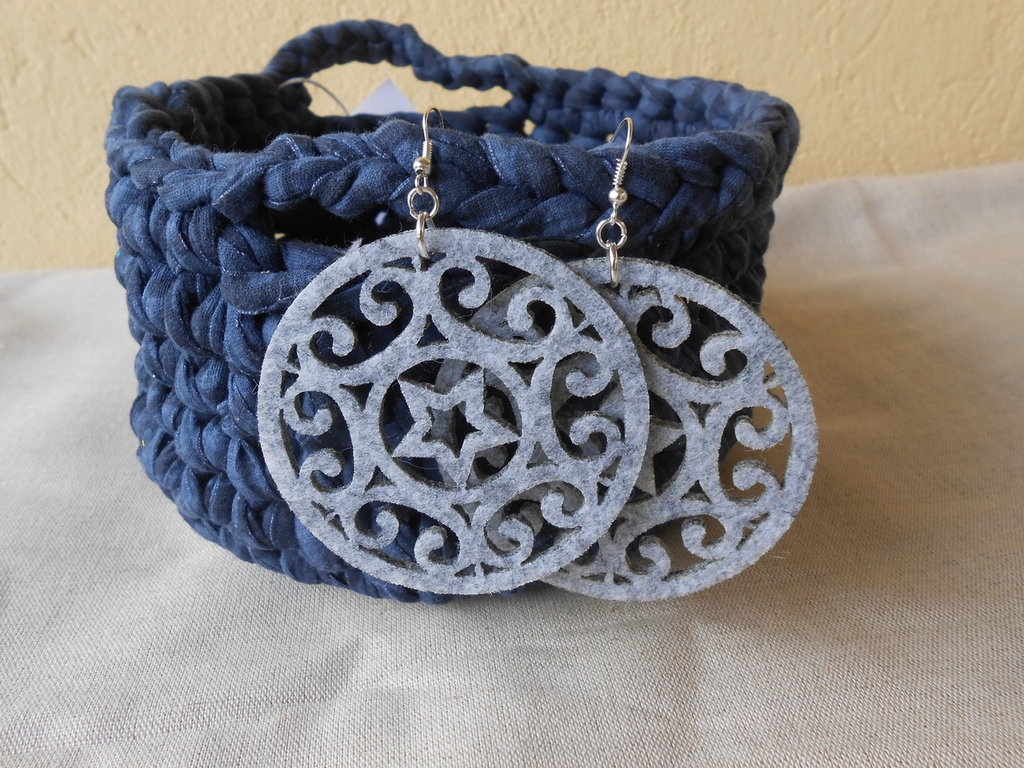 Orecchini pendenti in  feltro grigio intagliato a forma di cristallo , idea regalo.